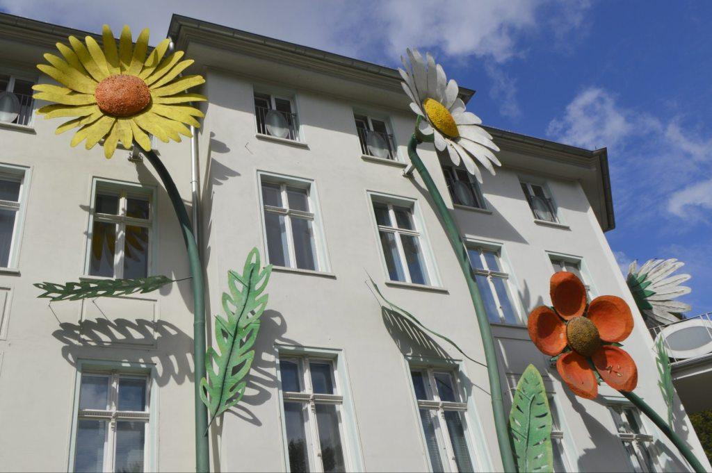 Sergej Alexander Dott sculpture Giant Flowers - Berlin Treptower Park  bekitschig.blog