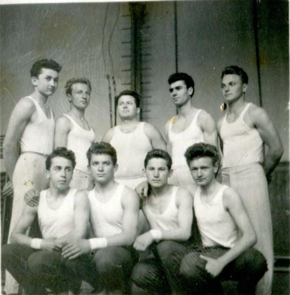 Echipa masculină de gimnastică a clubului U.V.A. din Arad, 1959. Arhiva personală