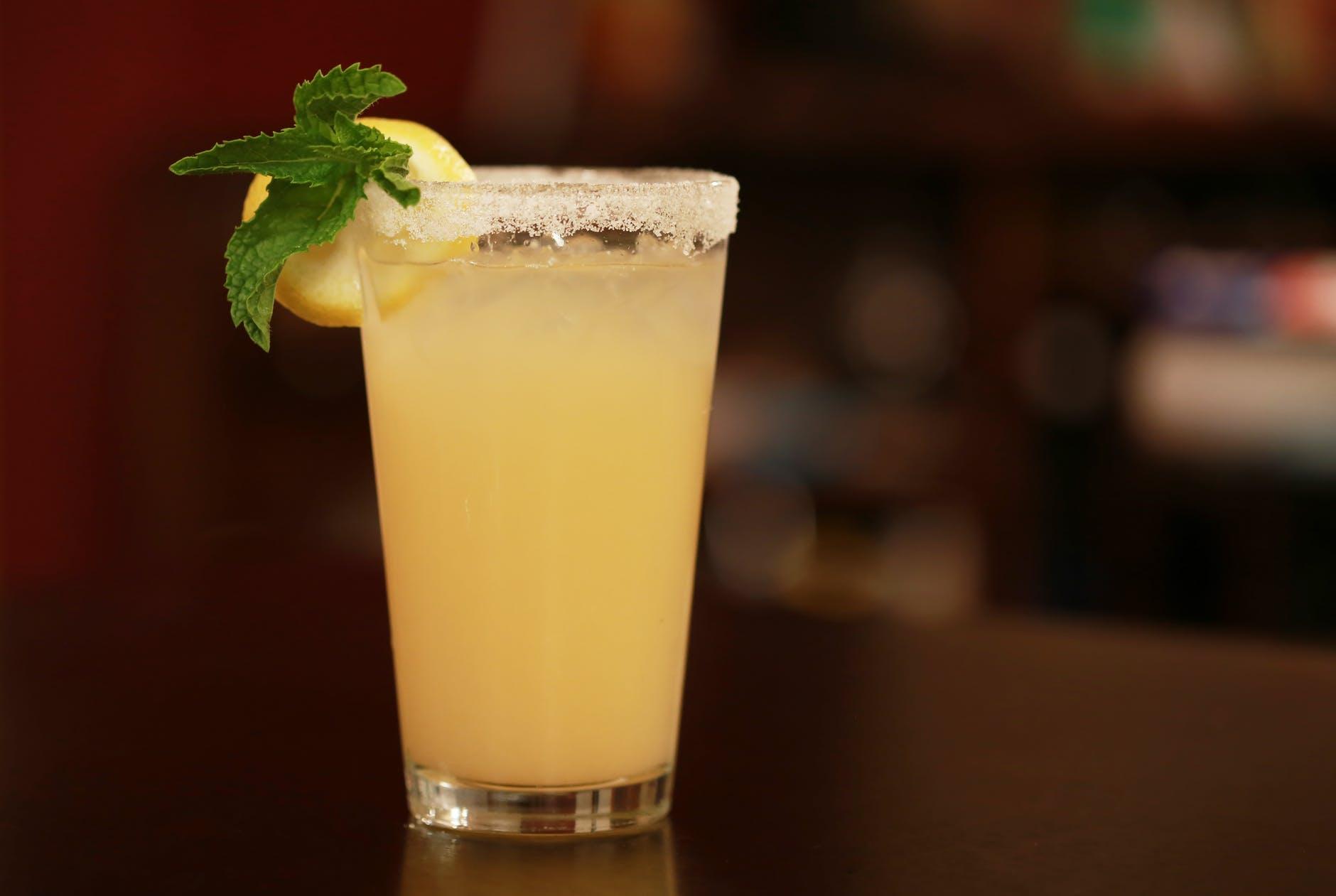 Água com infusão de pepino e hortelã, a bebida anti-retenção de água