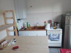 On met en place la cuisine :-) gazinière-frigo-étagère-plan de travail ingénieux!