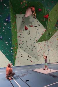 installation de l'immense stalactite à Belcaire pour grimper dessus