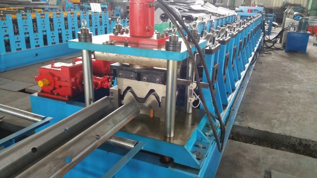 guardrail roll forming machine cutting device
