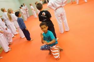 Poika aloitti karate harrastusta.