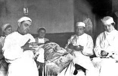Лев Школьников (слева) проводит операцию в полевом госпитале. Фото 1942 г.