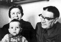 Лев с женой Бертой и внуком Алешей. Фото 1973 г.