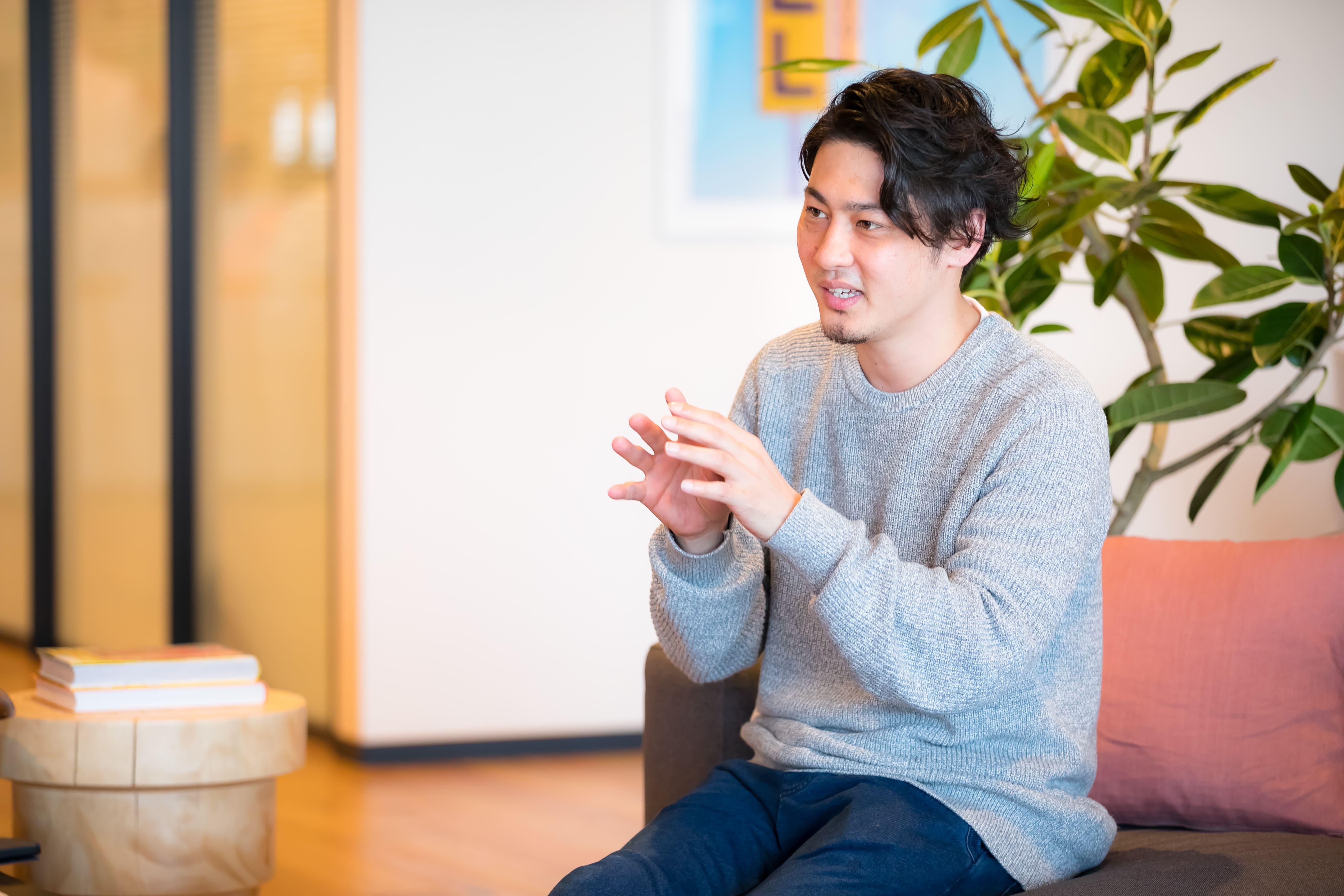 インタビュー中の浪岡英生の写真