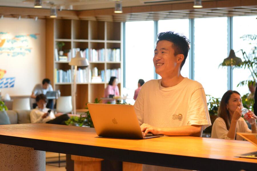インタビュー中の横山豊の写真
