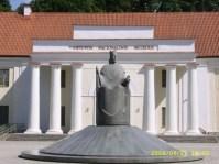 Paminklas Karaliui Mindaugui & Lietuvos nacionalinis muziejus