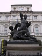 Statua del Conte Verde e il Moro (Piazza Palazzo di Città)