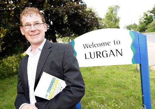 An Dotair Iain MacCaluim taobh a-muigh An Lorgan, am baile aige fhèin.