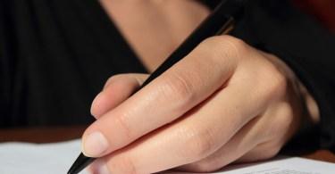 balkezesen író női kéz
