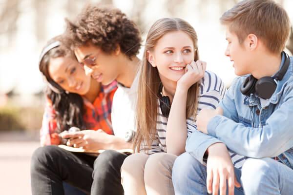 fiatalok ülnek és beszélgetnek