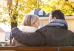 férfi és nő ülnek a padon őszi időben