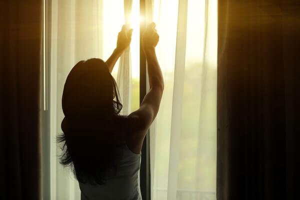 fiatal lány behúzza a függönyt