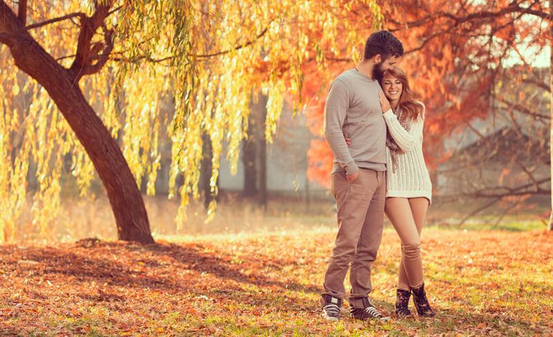 fiatal szerelmes pár őszi parkban