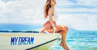 lány ül a csónakon