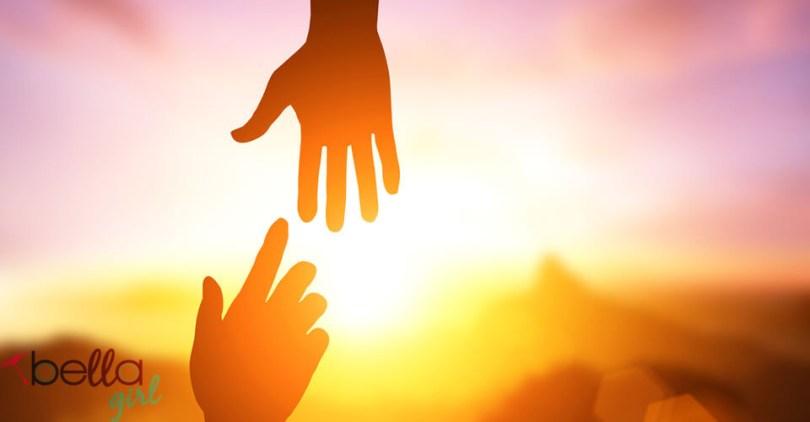 kéz a kéz felé nyúl