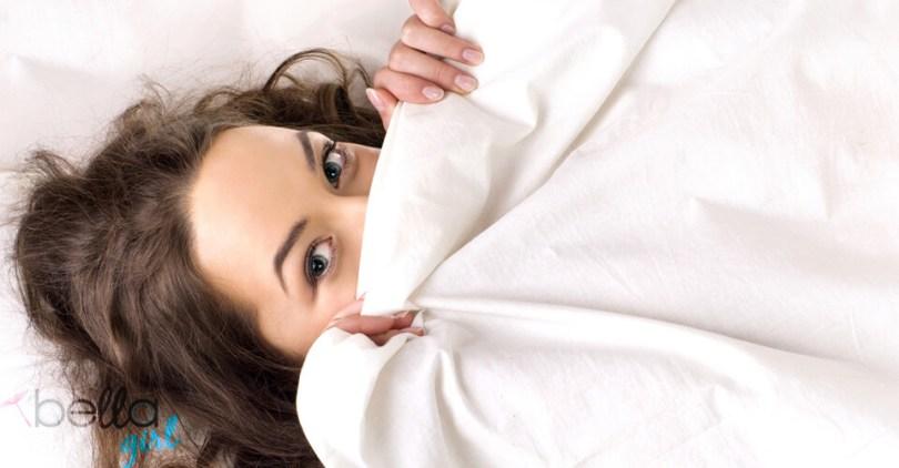 lány a takaró alatt