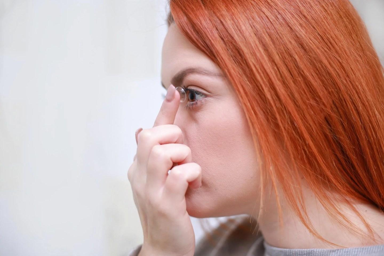 Especialistas recomendam reduzir o uso de lentes de contato durante a pandemia