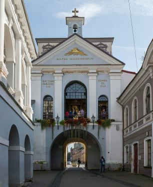 """The city gate to Vilnius, over which Ostra Brama (gate of Dawn) is. Photo by David Iliff, a href=""""https://creativecommons.org/licenses/by-sa/3.0/deed.en"""" rel=""""nofollow"""">CC."""