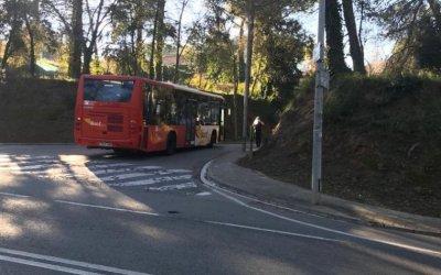 Un autocar bloqueja el carrer de Casas i Amigó