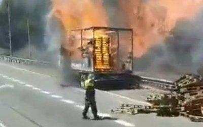 S'incendia un camió a l'altura de la UAB