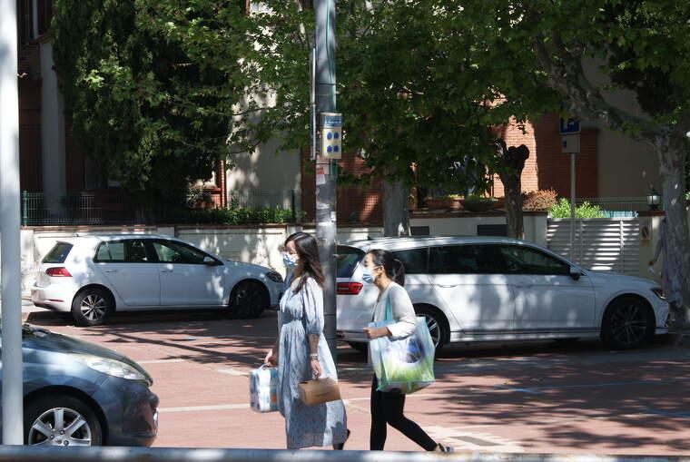 Dues noies porten mascareta a la plaça del Pi | Toni Alfaro