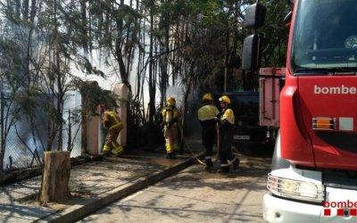 Un incendi afecta dos vehicles i dues finques al centre de Cerdanyola