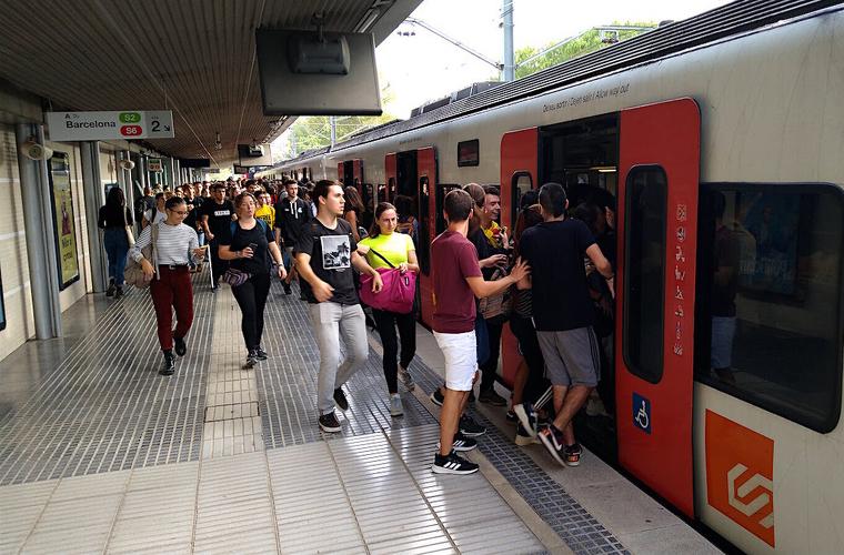 Estudiants entren a un comboi de Ferrocarrils de la Generalitat a la UAB