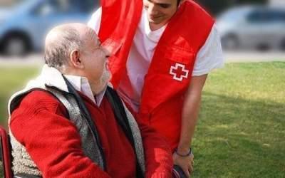 Creu Roja torna a acompanyar els dependents al carrer amb el programa 'Avui sortim'