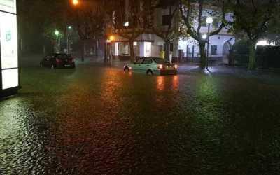 S'inunda la plaça del Pi durant la matinada pels forts aiguats