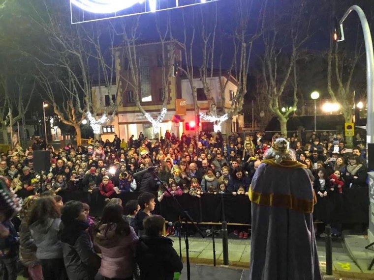 La plaça del Pi plena per la Cavalcada a Bellaterra