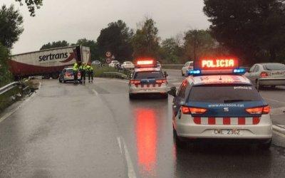 Un camió s'atrevessa a la B-30 i causa retencions entre Bellaterra i Sant Cugat