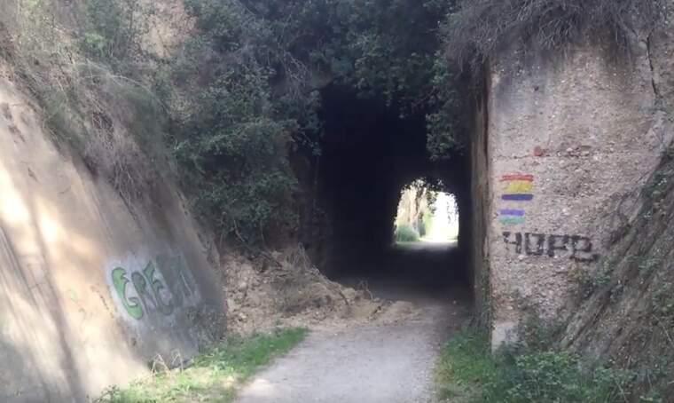 L'esllavissada s'ha produït a l'altura del pont que creua la BV-1414, a l'altura de l'escola La Vall