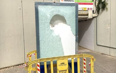 Substitueixen l'expositor publicitari de darrere l'estació per repetits actes vandàlics