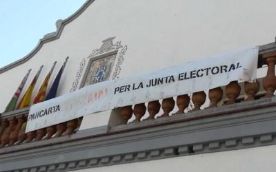 """L'Ajuntament penja la """"pancarta censurada"""" davant la petició de la Junta Electoral"""