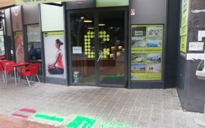 Una veïna de Bellaterra fa una pintada favorable a VOX davant el Club Bellaterra