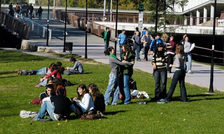 Estudiants de l'Autònoma al seu eix central | UAB