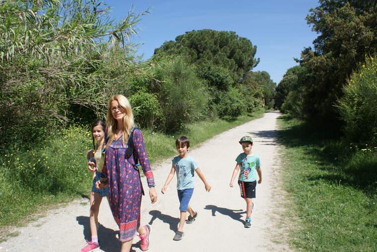 Una família de Bellaterrencs caminant a la Via Verda | Toni Alfaro