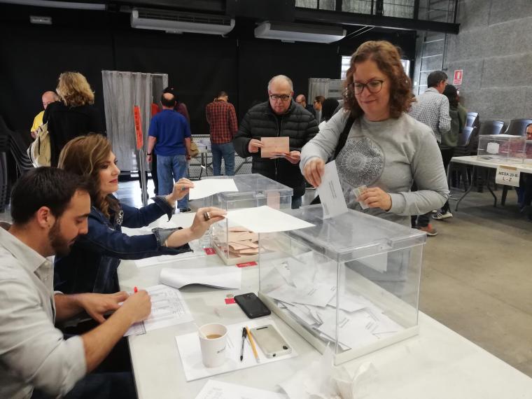 Una bellaterrenca vota durant les eleccions generals | Redacció