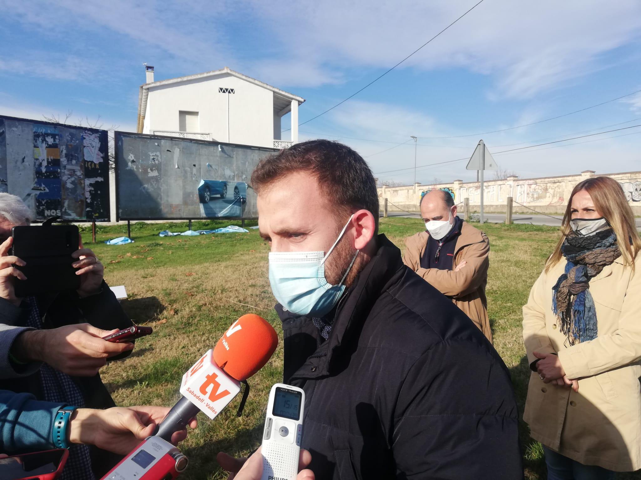 L'alcalde de Cerdanyola, Carles Cordón, davant la ubicació del nou hospital | Toni Alfaro