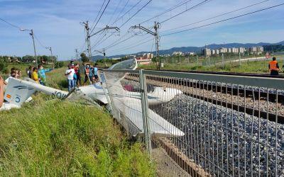 Una avioneta s'estavella sobre les vies de tren prop de Sabadell