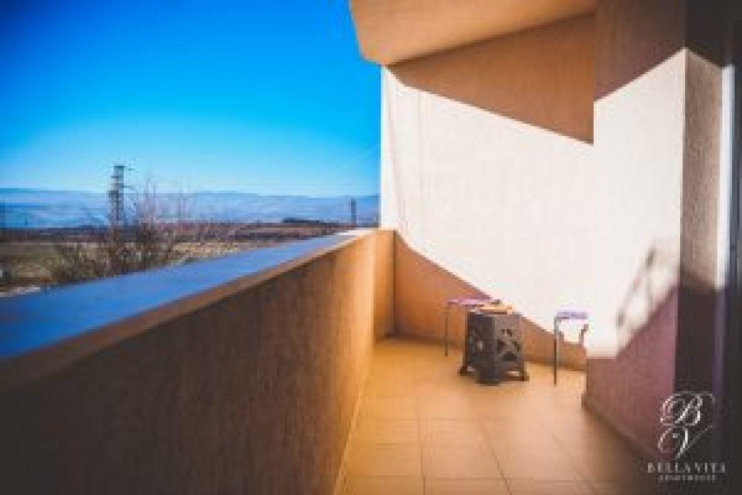 Голяма слънчева тераса в напълно обзаведен апартамент под наем Благоевград широк център