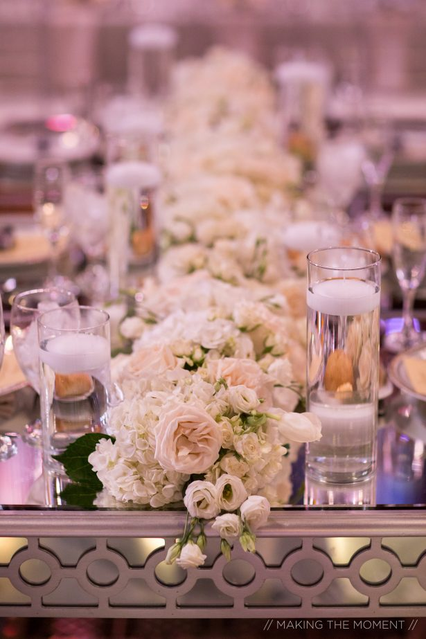 Low wedding centerpiece with white flowers - Photography: Making the moment
