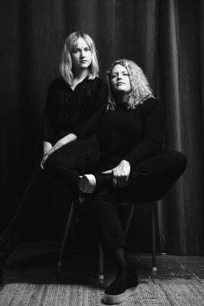 Författarduon Amanda Kallin och Tina Mannegren.