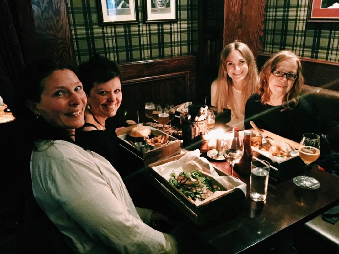 cozy-dinner-friends-uppsala-pub