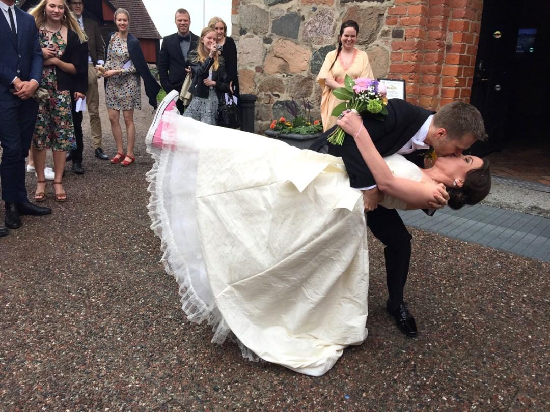 wedding-kiss-outside