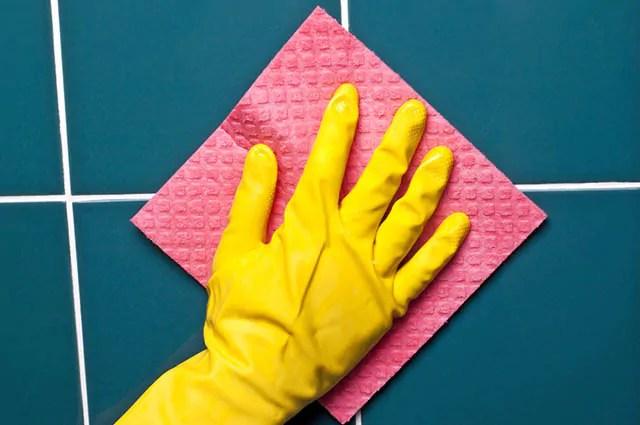 Bicarbonato de sódio e água oxigenada limpam cerâmica e azulejos