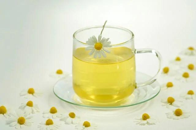 O chá de camomila é um dos remédios caseiros para azia, má digestão e gastrite
