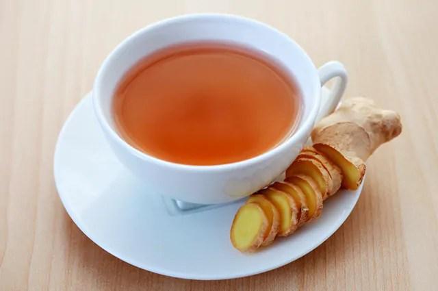 O chá de gengibre é um dos remédios caseiros para azia, má digestão e gastrite